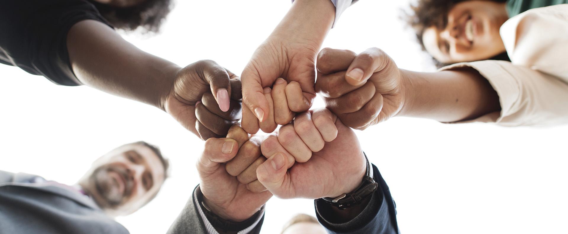 Empresas Aliadas: <ul><li>Sponsors: Colaborando con un aporte a MovilizaRSE y participando de los programas para el cumplimiento de los objetivos.</li><li> Voluntariado Corporativo: Organizar y/o participar de nuestros programas con tus compañeros de trabajo y sus familias.</li><li> Anuario: Participando con un aviso en el anuario de MovilizaRSE.</li></ul>